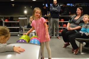 Återbesök. Tone Brodén var på plats i bowlingshallen för andra gången på en vecka tillsammans med pappa Robert, mamma Malin och brorsan Rasmus.