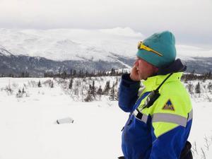Rickard Svedjesten, fjällräddare i Bydalsfjällen, ser att allt fler rör sig i lavinriskområden: – I dag kör folk omkring på skidor och skoter ofta med hjälmkamera på. Sedan lägger de ut bilderna på nätet för att imponera.