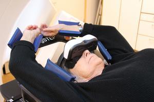 Madelene Zell gör sig sig redo för ännu en strålbehandling på Gävle sjukhus. Varje behandling tar en kvart.