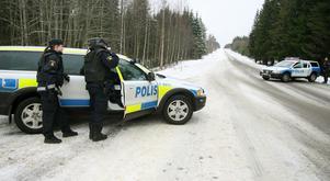 Polisen satte upp vägspärrar i jakten på rånarna. Swedbanks kontor i Ockelbo . Bild Pernilla Wahlman / SCANPIX