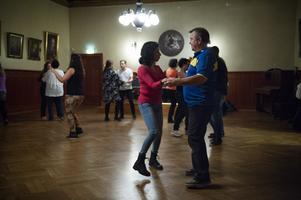 Maria Lilja och sambon Tomas Rosén på danskurs en onsdagskväll för några veckor sedan. Vid det tillfället var det salsa som gällde. Att röra sig är bra  för alla men inte minst för Parkinsonsjuka.