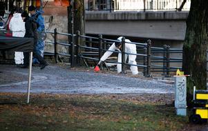 Polisens tekniker markerade intressanta platser med plastkoner.