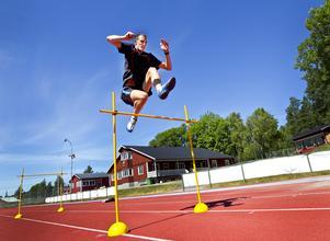 Erik Sundlöf tränar höjdhopp  på Skölvboslätt i Glanshammar, 2010.
