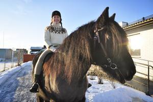Jenny Olsson kommer att agera som hästtjejen Lotta som bor i Odensala i mitten på 70-talet. Här på bild i 70-tals miljön tillsammans med nordsvensken Wilde.