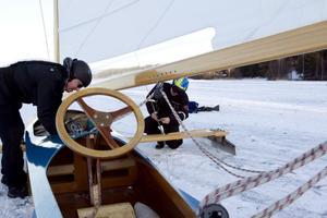 bra sammanhållning. Fredrik Decker och Mats Åkerblad åkte upp från Stockholm för att vara med på isjaktspremiären på Storsjön. Årsunda har blivit något av isjaktsseglarnas favoritplats och om två veckor kan det bli VM-tävlingar utanför Strandbaden.