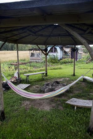 Ute på gården finns en uteplats med tak. Om somrarna blir det mycket matlagning över öppen eld, och samvaro.