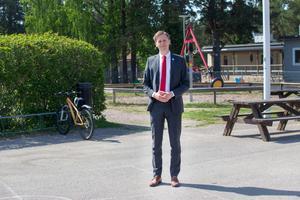 Enligt Roger Hedlund vill Sverigedemokraterna ge ett fyrdubbelt ekonomiskt stöd till UNHCR. Pengarna skulle finansieras genom att inte ha asylinvandring till Sverige.