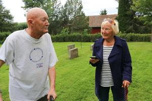 Vännerna Stig Pettersson och Elvy Murphy.  De gick i samma klass på Hardemo skola på 1940-talet och vänskapen håller fortfarande i sig.