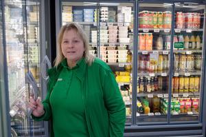 Föreningschefen Ulrika Thorell på Sollerön i en av tre Coopaffärer som står utan för Coop Mitt i Dalarna. Butiken går med vinst.