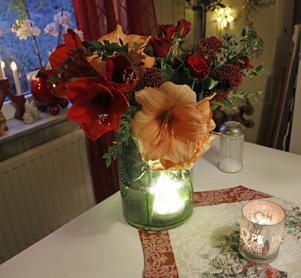 Julbukett med ljusslinga i vasen.