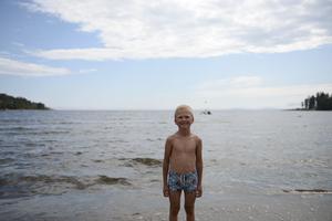 Vid havsbadet i Bänkåsviken på Alnö mötte träffade vår fotograf sommarlovslediga Elias.