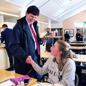 Sofia Vilhelmsson tillsammans med riksdagens talman Andreas Norlén (M). Foto: TT