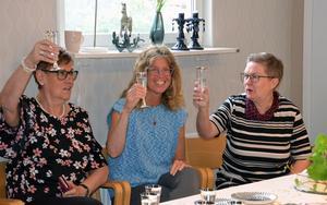 Det skålades i bubbelvatten för att fira stjärnmärkningen. Här är det Birgitta Elfving, Margareta Lall och Ann-Christine Ingvarsson som höjer glasen.