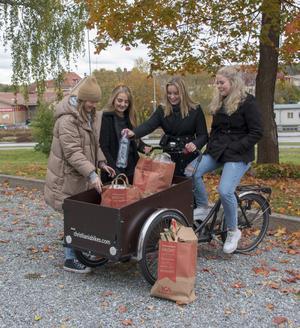 På cykel kommer tjejerna i Rebicycle samla in sopor i Fagersta.