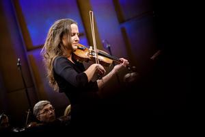 Lisa Rydberg kan kombinationen folkmusik och konstmusik och sammanförde dem här i musik av Malin Hülphers. Bild: Lia Jacobi