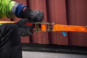Husets moduler dras ihop med hjälp av spännband.