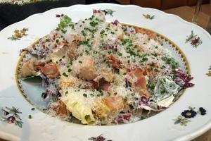 Caesarsalladen är fint skuren och det har snöat parmesan över. Foto: Lunchkollen