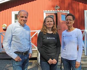 – Vi vill slå hål på myten att byggnadsvård måste vara dyrt och krångligt. Det kan vara lite roligt också, säger Christina Staberg, världsarvssamordnare, till höger. Björn Fahlén är världsarvsutvecklare och Elsa Röing kommunantivarie.