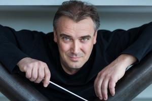 Chefdirigent Jaime Martín fick inte sällskap på scenen av cellisten Sheku Kanneh-Mason. Bild: Alexander Lindström