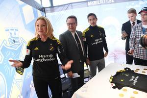 Kristina Sparreljung, närmast kameran, från en pressträff 2017 då Hjärtlungfonden gick in som sponsor till fotbollslaget AIK. Foto: Fredrik Sandberg/TT
