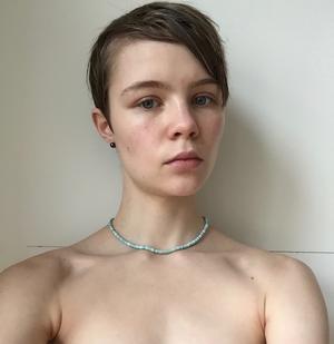 Trots att konkurrensen hårdnat betydligt bland de sökande till årets Lars Gustafssons-stipendium, stack Ellen Nordmark ut med sin egenartade poesi.
