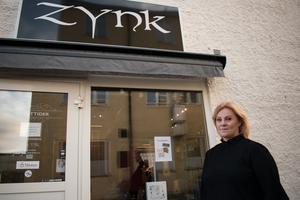 Ewa Andersson Dicander utanför sin salong i Ludvika. Just nu har hon även fullt upp med att planera inför en bröllopsmässa på Gammelgården i februari, där flera lokala företag kommer att ställa ut.
