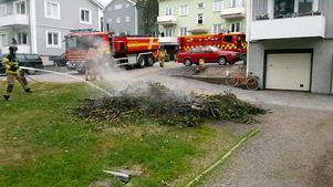 Under söndagen fick räddningstjänsten rycka ut för att släcka en rishög i Härnösand. Den som tänt på bröt mot eldningsförbudet. Bild: Räddningstjänsten
