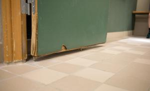 Dörrarna i omklädningsrummen sväller och spricker eftersom de inte tål fukt.