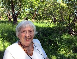 Hälsinggårdens herrgård brann ner, men äppelträden finns kvar. Mirjam Pollin undkom Hitlers folkmord, och fann gemenskap i sorg och glädje på kibbutzen i Falun.