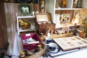 Per-Olov Hammarström intresserar sig för antikviteter och fyndar gärna på loppisar och auktioner. På gården i Färdsjö har han själv en liten loppis.