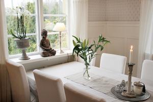 Levande ljus och Buddhastatyer hittas på flera ställen i den Ihrlundska villan.