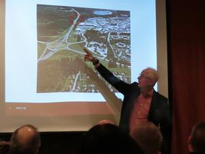 Mats Olofsson på Trafikverket går igenom problembilden för Lillängeområdet. Ny smitväg ut på E14 från området är inringad med rött av LT.