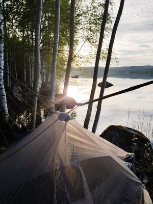 En stund av stillhet vid Stödesjön. Hos Sweden4U kan man hyra vildmarkshängmattor och sova ute i det fria. Foto: Kerstin Brandell-Svensson