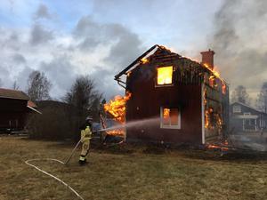 Det brinner i en tvåvåningsvilla i Djura, Leksands kommun.
