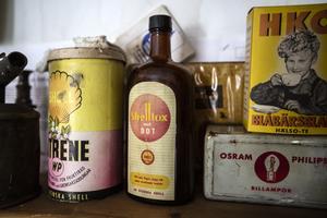På hyllan i Jan Siléns mack står en flaska  som  innehållit växtgiftet DDT .