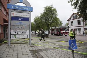Räddningstjänsten ryckte ut till polishuset efter ett larm om röklukt. Av någon anledning hade batterier i källaren börjat brinna.