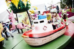 Molly Bergkvist, 2 år, var fokuserad när hon för första gången i sitt liv åkte karusell.