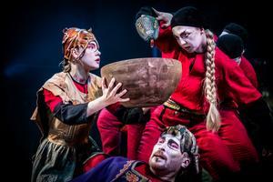 Edith Nilsson (som Sigyn, Jakob Hultcrantz Hansson som Loke och Judith-Maria Schunnesson som berättarei Västanå Teaters uppsättning av