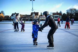 Fyraåriga Elias Magnusson får lite hjälp av mamma med balansen.