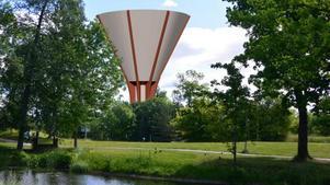 Vattentornet byggs vid Södertäljevägen och ses här från parken mellan Kvarntunet och herrgården. Illustration: Nykvarns kommun