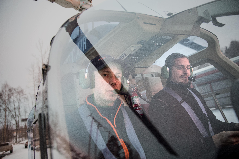 Pilot Anders Olsson och Jens Thureson lyfter från parkeringen vid Dala Energi och ger sig ut på en tur över dalaskogarna.