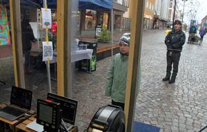 Hannes Graaf, 9 år, kikar in genom fönstret för att se att mamma och pappa; Peter och Julia, ror åt rätt håll.