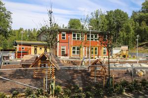 Förskolan ligger kloss mot skolan i Viksberg och där tjuvstartade barnen med att få komma in i de nya lokalerna redan i maj.