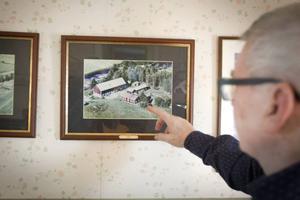På väggen hänger fotografiet av familjehemmet.