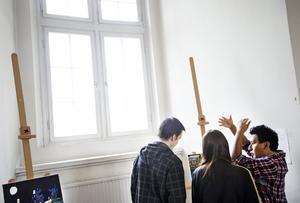 Eleverna på Risbergska har under två månader arbetat med sin målning till utställningen. De har fått god hjälp av lärarna på vägen.