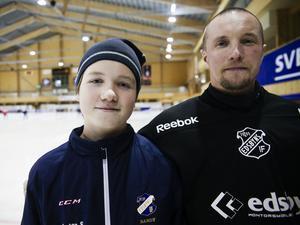Anton går i pappa Anders målvaktsskär i Edsbyns IF.