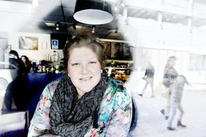 I dag tycker Emelie Mälstam att hon har ett bra liv – men det tog henne tio år att komma dit. Nu hoppas hon att boken om kortisolsvikt ska göra det lättare för andra och öka kunskaperna om sjukdomen, inte minst i sjukvården.