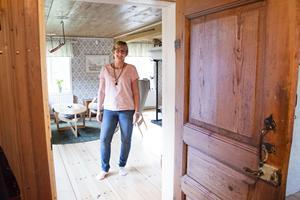 Torpet har riktigt gamla anor och det skvallrar bland annat dörrarna om. Att de och de gamla beslagen är kvar gläder Maria extra mycket.