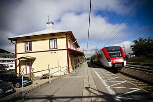 Tågresenärerna möts av en trevligare syn sedan stationshuset i Järvsö målats om.