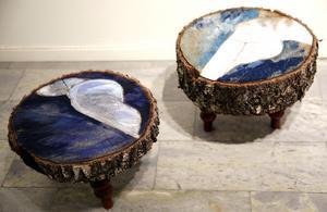Sanna Seppänen förstärker stubbarnas mönster med acrylfärg.